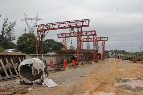 Volume de obras em andamento no trecho do lote 25, entre Laguna e Capivari de Baixo, é bastante intenso. Existem pelo menos seis frente de trabalho diariamente