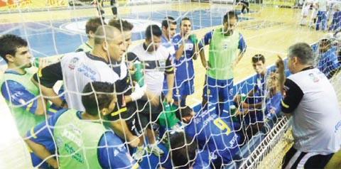 A Confederação Brasileira de Futsal não publicou o nome do técnico Paulinho Gambier na súmula e ele teve que comandar o time de fora da quadra  -  Foto:Eduardo Ventura/Divulgação/Notisul