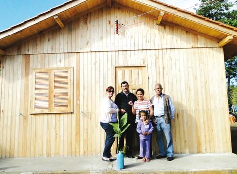 Dona Graça é mais uma das contempladas com a casa própria, por meio do programa habitacional da secretaria de assistência social da prefeitura. Ao todo, 86 novas residências foram construídas desde 2009 - Foto:Prefeitura de Capivari de Baixo/Divulgação