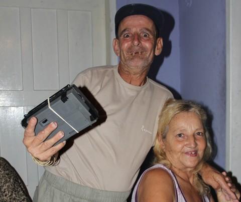 Alfredinho, o rádio e dona Marli. Ela levou um susto quando ligaram para perguntar se o 'filho' tinha morrido