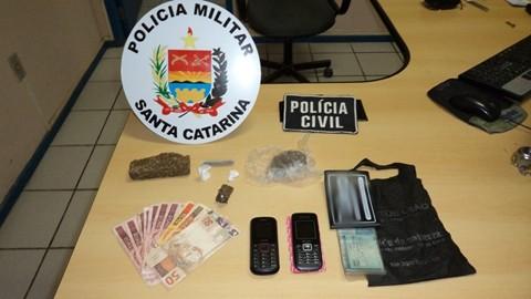O rapaz de 19 anos possuía maconha, cocaína e dinheiro  -  Foto:Polícia Civil de Braço do Norte/Notisul