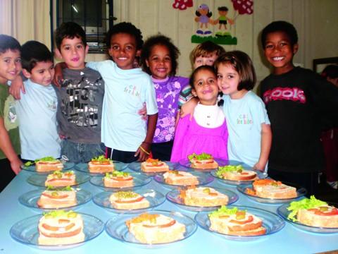 Alunos capricharam na hora de fazer o lanchinho. Brincando, eles aprenderam benefícios da alimentação saudável. Foto: Max Alexandre/Prefeitura de Tubarão/Notisul