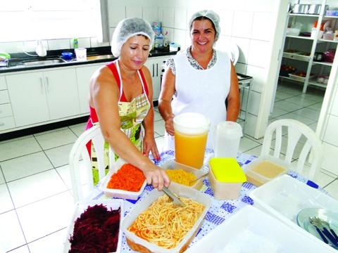 Macarronada, muita salada, suco natural de fruta. A merenda nas escolas da rede municipal de Capivari de Baixo é bastante diversificada. Tudo é feito na própria escola, pelas profissionais, que levam um pouquinho do amor de mãe para dentro da panela