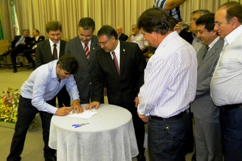 Convênio com o estado, para a continuidade das obras do Hospital Regional do Vale, foi assinado ontem à tarde, em Florianópolis  -  Foto:Arilson Machado/Divulgação/Notisul