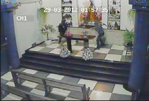 As imagens mostram nitidamente a ação violenta dos bandidos para arrombar o cofre