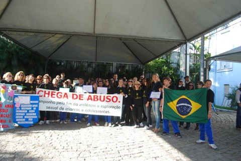 Dezenas de pessoas participaram da manifestação para protestar contra a violência. Foto: Lucy Vertuan/Divulgação/Notisul