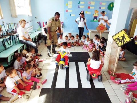 O cabo Maxsoel dos Santos Silva, do 5º BPM, repassou informações sobre trânsito para os pequenos estudantes.