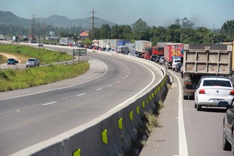 A construção da nova ponte sobre o canal de Laranjeiras, em Laguna, é essencial para minimizar o impacto do grande fluxo de veículos durante a temporada de verão.