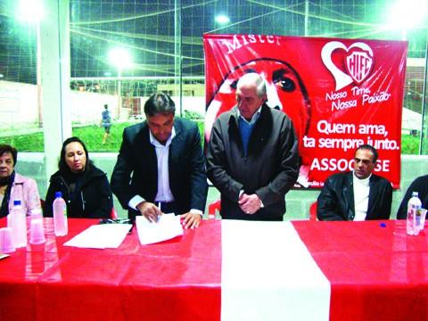 O presidente Michel Mussi e o empresário Miguel Luiz Paz firmaram ontem a parceria