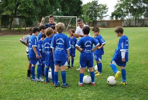 Milton passa as novidades aos meninos do Cruzeiro de Tubarão  -  Foto:Luiz Henrique Fogaça/Divulgação/Notisul