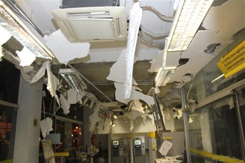A forte explosão destruiu todo o teto da sala dos caixas eletrônicos. Os vidros das portas viraram estilhaços. Foto: Samuel Madeira/Divulgação/Notisul