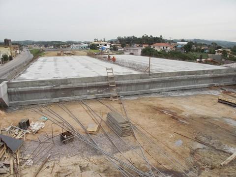 Agora, os trabalhadores finalizam a amarração das ferragens para concretagem das proteções laterais das pistas elevadas. Depois, os serviços serão direcionados à conclusão das cabeceiras e aplicação asfáltica sobre o viaduto - F:Muriel Albonico/Esga-Dnit/