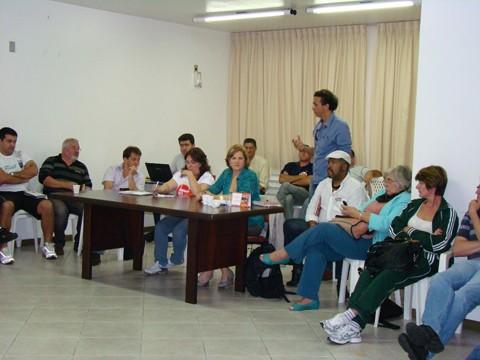 Em reunião da comissão de greve, ontem, os professores discutiram a pauta da assembleia estadual de hoje  -  Foto:Graciela Fell/Sinte-SC/Notisul