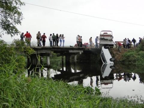 Os bombeiros militares de Tubarão ajudaram na retirada do veículo, ontem, perto do meio-dia. Os policiais militares de Jaguaruna também foram ao local para os procedimentos  -  Foto:Portal Jaguaruna/Notisul