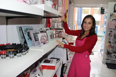 A vendedora Bruna Monteiro espera um grande movimento no Dia dos Namorados e conta que as opções de presentes variadas