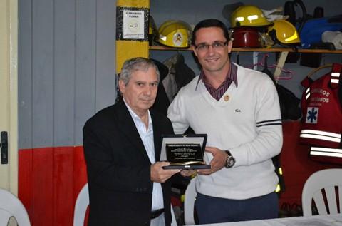 Alex Sandro Fernandes de Carvalho (D) assumiu a presidência da associação no lugar de Carlos Alberto da Silva Vicente. Foto: Bombeiros Voluntários de Jaguaruna/Notisul