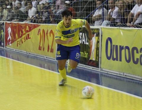 Apesar do gol, o pivô Bruno Petry não conseguiu evitar mais uma derrota da ADU.