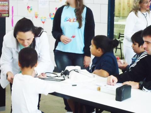 Alunos são examinados durante visita do Programa Saúde na Escola. Foto: Max Alexandre/Prefeitura de Tubarão/Notisul