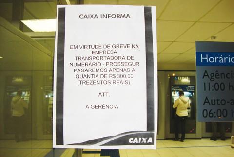 Em Tubarão, alguns bancos expõem cartazes com o aviso de limite para saque nos caixas eletrônicos