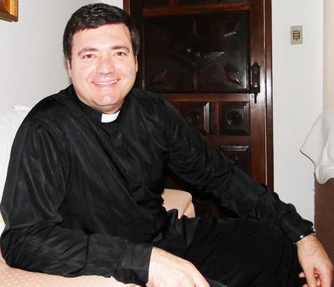Padre Edison conta que passou por um intenso momento de oração para amenizar a dor de um período difícil e agora se diz abençoado com a cura