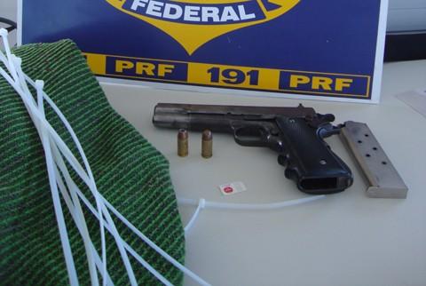 Os detidos alegaram que portavam a arma para defesa pessoal
