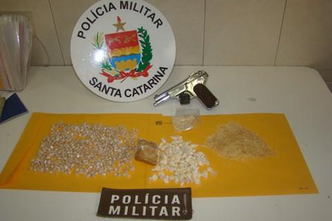 A operação da Polícia Militar, realizada em duas etapas, resultou na apreensão de 1.558 pedras de crack, 80 papelotes de cocaína e uma pistola cromada.