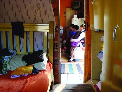 Nos dois cômodos moram nove pessoas em condições totais de precariedade
