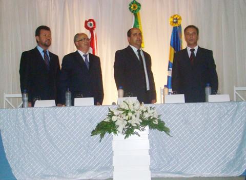 O vice-prefeito Tião da Telha (na esquerda), o prefeito Moacir Rabelo e os vereadores reeleitos Arlei da Silva e Ailton Bittencourt comandaram a cerimônia de posse.