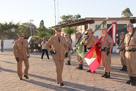 Após três anos no comando do 5º Batalhão de Polícia Militar de Tubarão, o tenente-coronel Ângelo Bertoncini (E) passou o cargo para o tenente-coronel Giovani Silveira Livramento.
