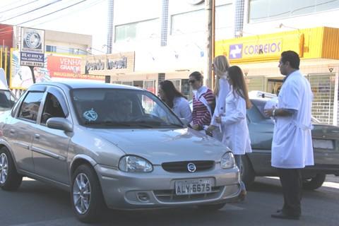 Cerca de 30 médicos da rede municipal de saúde realizaram manifestação por duas horas. Os profissionais distribuíram panfletos com as reivindicações