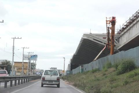 Cantoneiras são instaladas nos próximos dias na Ponte de Laguna. A 'mão francesa' será acoplada nos 52 vãos da estrutura  -  Foto:Muriel Albônico/Esga-Dnit/Notisul