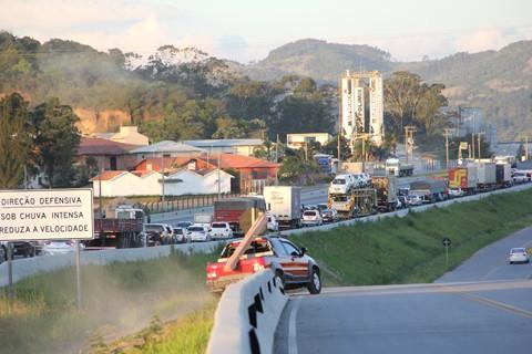 No fim da tarde desta quinta-feira, quem seguia no sentido norte, deparava-se com a longa fila, no bairro Alvorada, em Capivari de Baixo