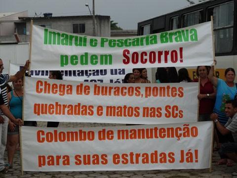 Manifestantes levaram várias faixas para frente da Secretaria de Desenvolvimento Regional em Laguna  -  Foto:Elvis Palma/Divulgação/Notisul