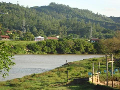 Na localidade do Bom Pastor, o Rio Tubarão transborda primeiro em determinados pontos