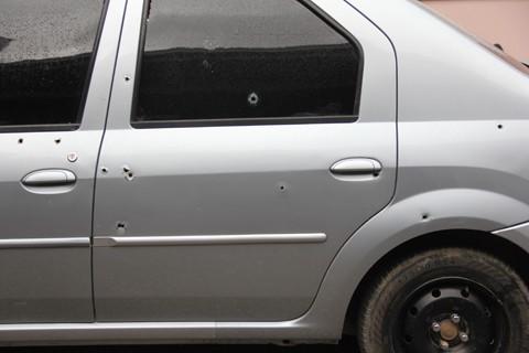 As balas atingiram as portas do motorista e do banco traseiro do veículo. A menina estava atrás, em uma cadeirinha