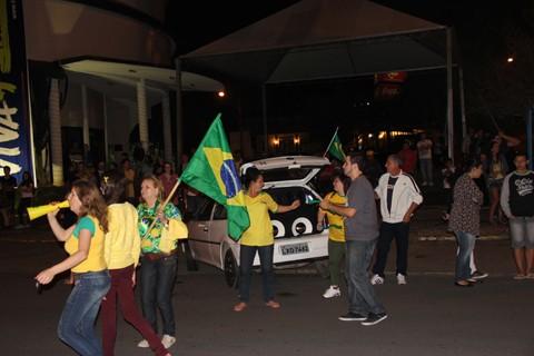 Torcedores da seleção brasileira se reuniram no centro de Tubarão após o jogo