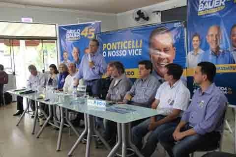 Ponticelli estava (em pé) acompanhado dos candidatos a deputado estadual e federal, e integrantes da coligação