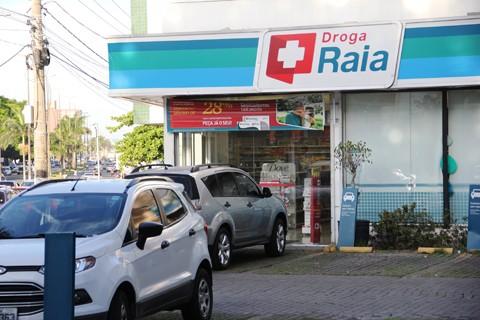 Na Farmácia DrogaRaia, no centro de Tubarão, um homem  de capacete e óculos escuros roubou R$ 100,00 do caixa