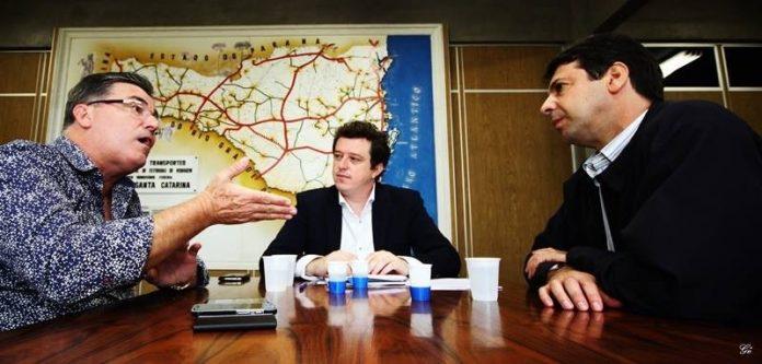 Em reunião no Dnit, o prefeito Everaldo dos Santos (E), o assessor jurídico da prefeitura de Laguna, Adriano Massi, e o superintendente do Dnit, Vissilar Pretto - Foto:Divulgação/Notisul
