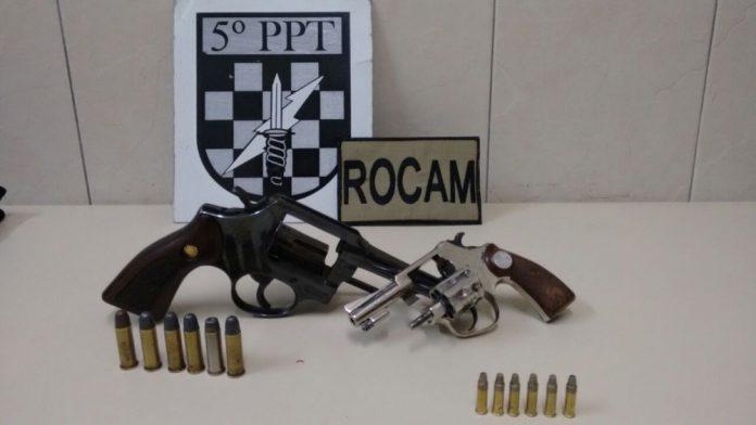 Na ação policial duas armas, uma motocicleta  e munições foram apreendidas  -  Foto:PM de Tubarão/Divulgação/Notisul