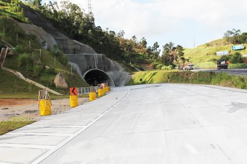 Hoje estão em execução as obras complementares, que incluem a ligação rodoviária com o túnel, pontes e marginais, novas passarelas e passagens inferiores. - Foto: Jailson Vieira/Notisul.