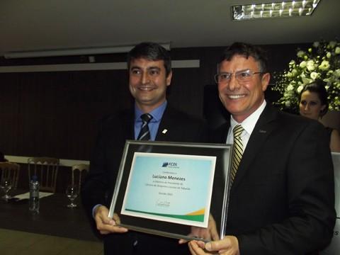 O presidente da FCDL, Ivan Tauffer, na entrega do certificado de posse para o novo presidente Luciano Menezes (E)  -  Foto:JBGuedes-CDL/Divulgação/Notisul