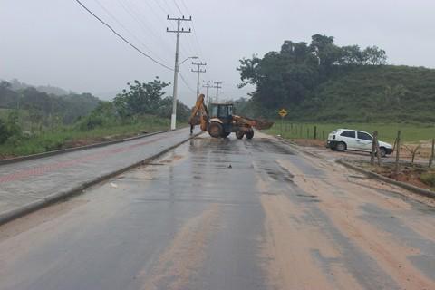 Em São Ludgero, os trechos de estradas recebem limpeza   -  Foto:Bertoldo Kirchner Weber/Divulgação/Notisul
