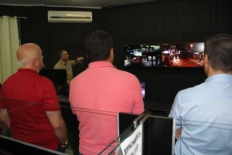 Da central, no batalhão da Polícia Militar no bairro São João, as imagens são monitoradas em tempo real  -  Fotos:Divulgação/Notisul