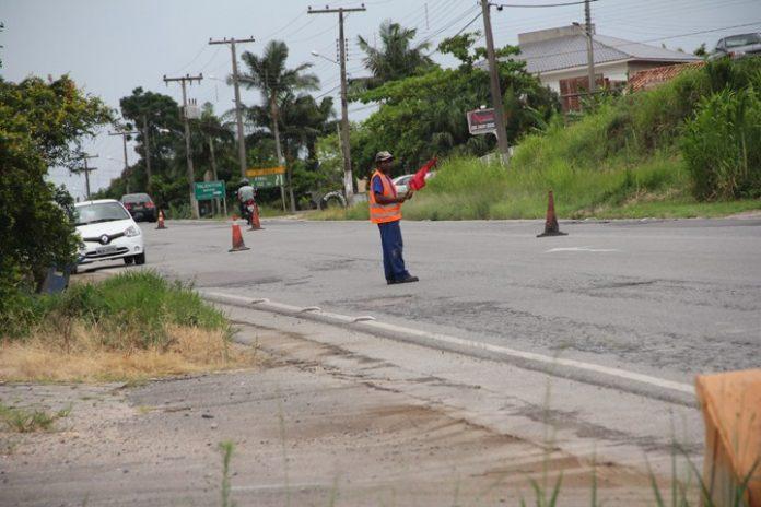 A Polícia Militar Rodoviária Estadual (PMRv) de Gravatal alerta para as obras da SC-370  -  Foto:Jailson Vieira /Notisul