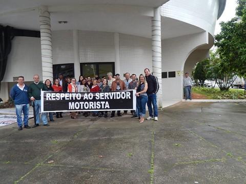 Cerca de 25 servidores participaram da manifestação   -  Foto:Sintermut/Divulgação/Divulgação/Notisul