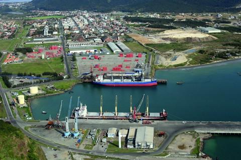 O Porto de Imbituba possui uma condição privilegiada. Situado em uma enseada de mar aberto e protegido de ventos e ressacas por um molhe  -  Foto:Airton Fernandes/Governo de SC/Divulgação/Notisul