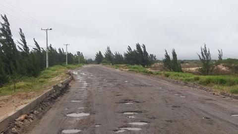 A equipe da SDR em Laguna aguarda as condições climáticas melhorarem para efetuar a manutenção na via  -  Foto:João Baiuka/Divulgação/Notisul