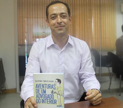Guilherme é advogado, além de surfista, ciclista, aventureiro e agora, timidamente aceita em seu currículo ser um escritor  -  Foto:Silvana Lucas/Notisul