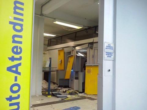Os criminosos usaram explosivos em três caixas eletrônicos, mas conseguiram retirar dinheiro somente de um  - Foto:Jaison Fontana/Divulgação/Notisul